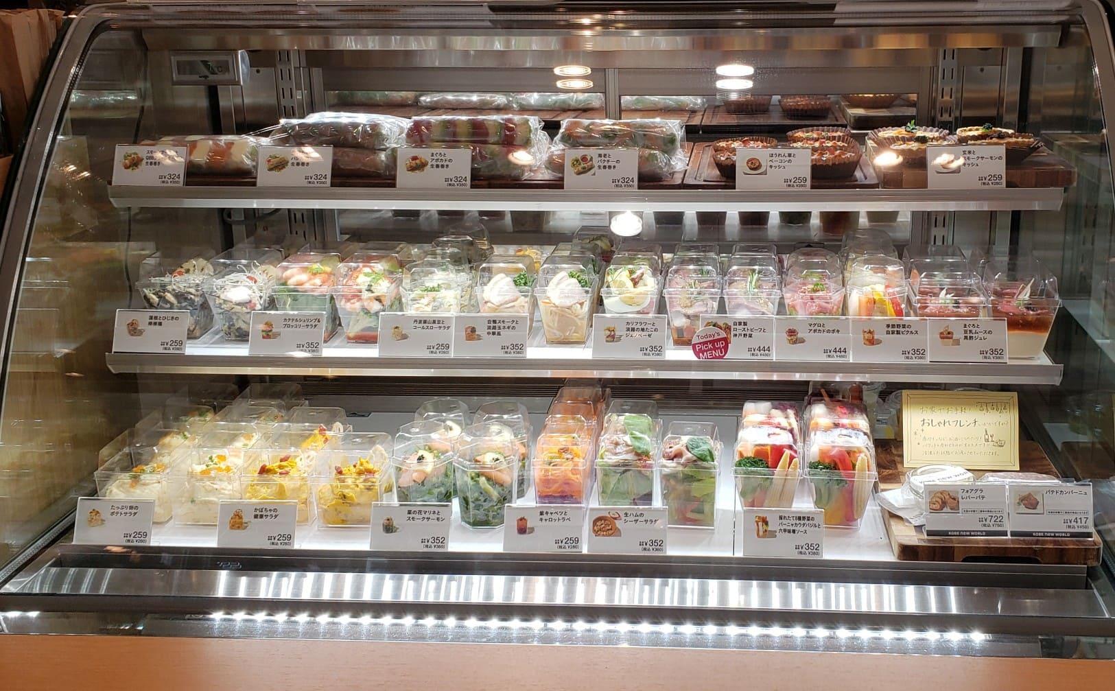 テイクアウト用の生春巻き、まぐろとアボガドポキ、自家製ローストビーフと神戸野菜、などなど、新鮮なサラダが並ぶショーケースです。