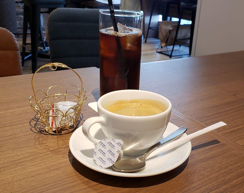 食後にアイスコーヒーとホットコーヒーです