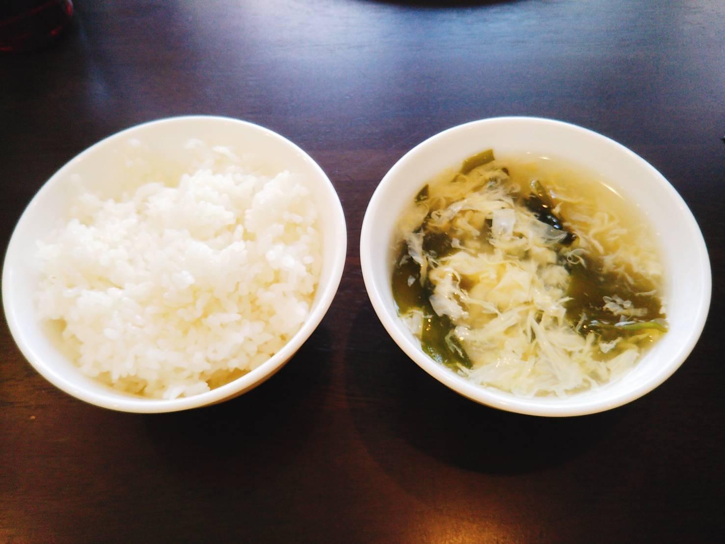 溶き玉子とわかめのスープとご飯
