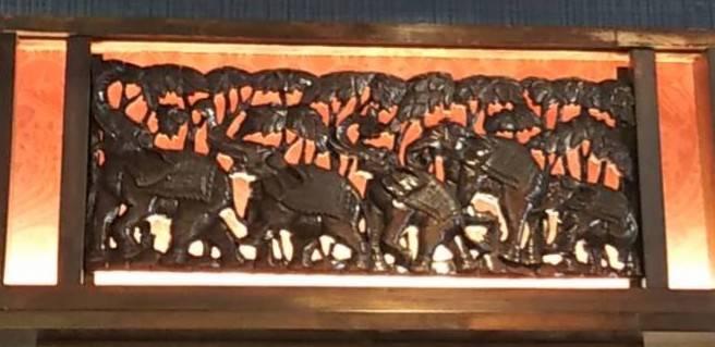 見事な木彫りのタイの象さんたち