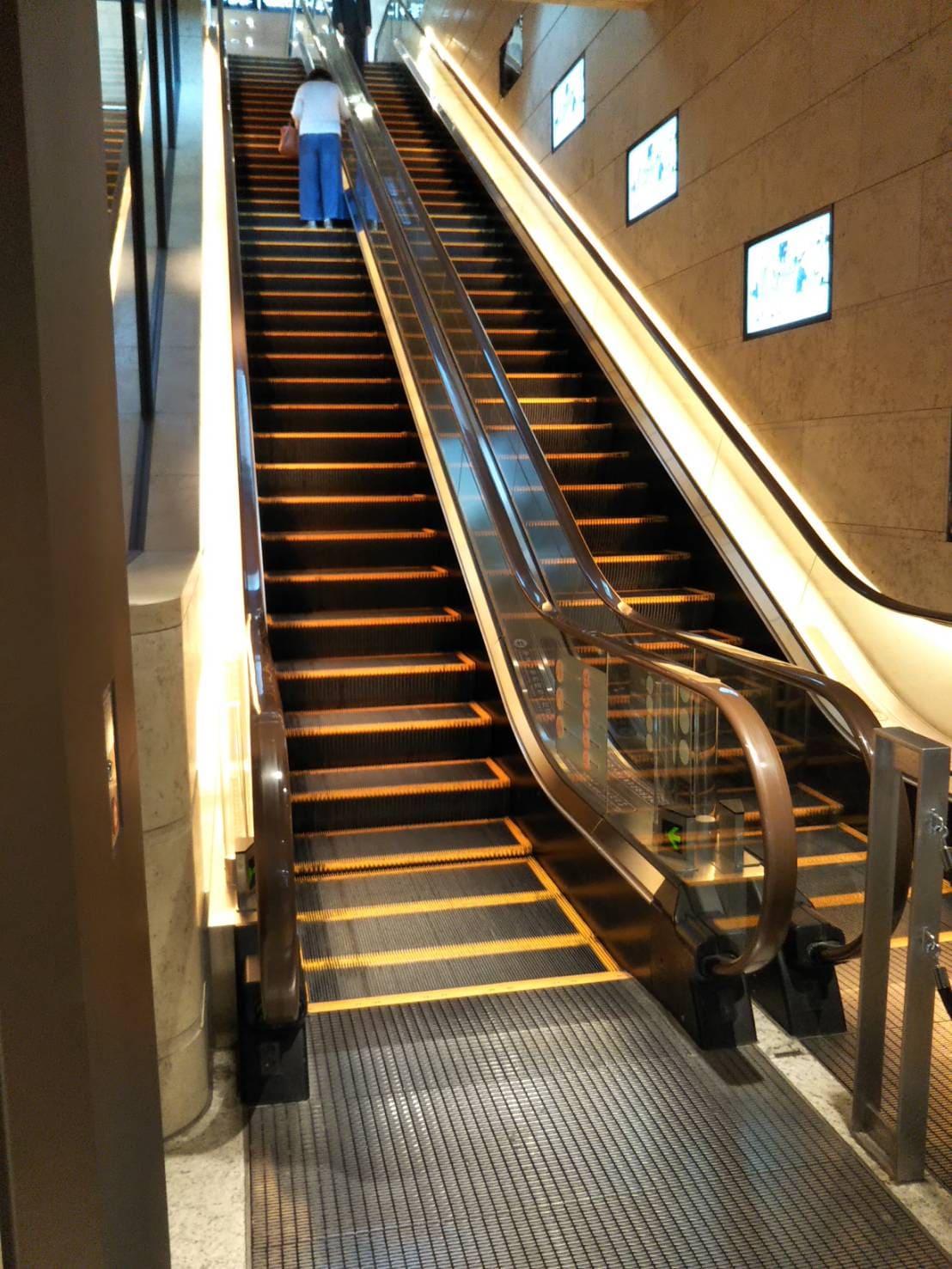 地下1階から地上へつなぐエスカレーター