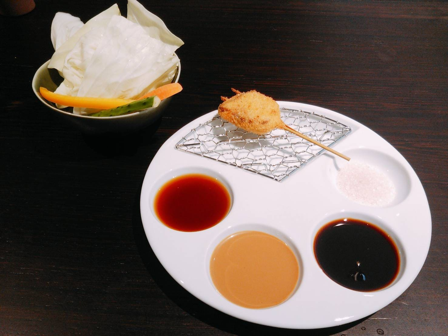 串揚げ(鰹のたたき) サラダと 漬けダレと塩