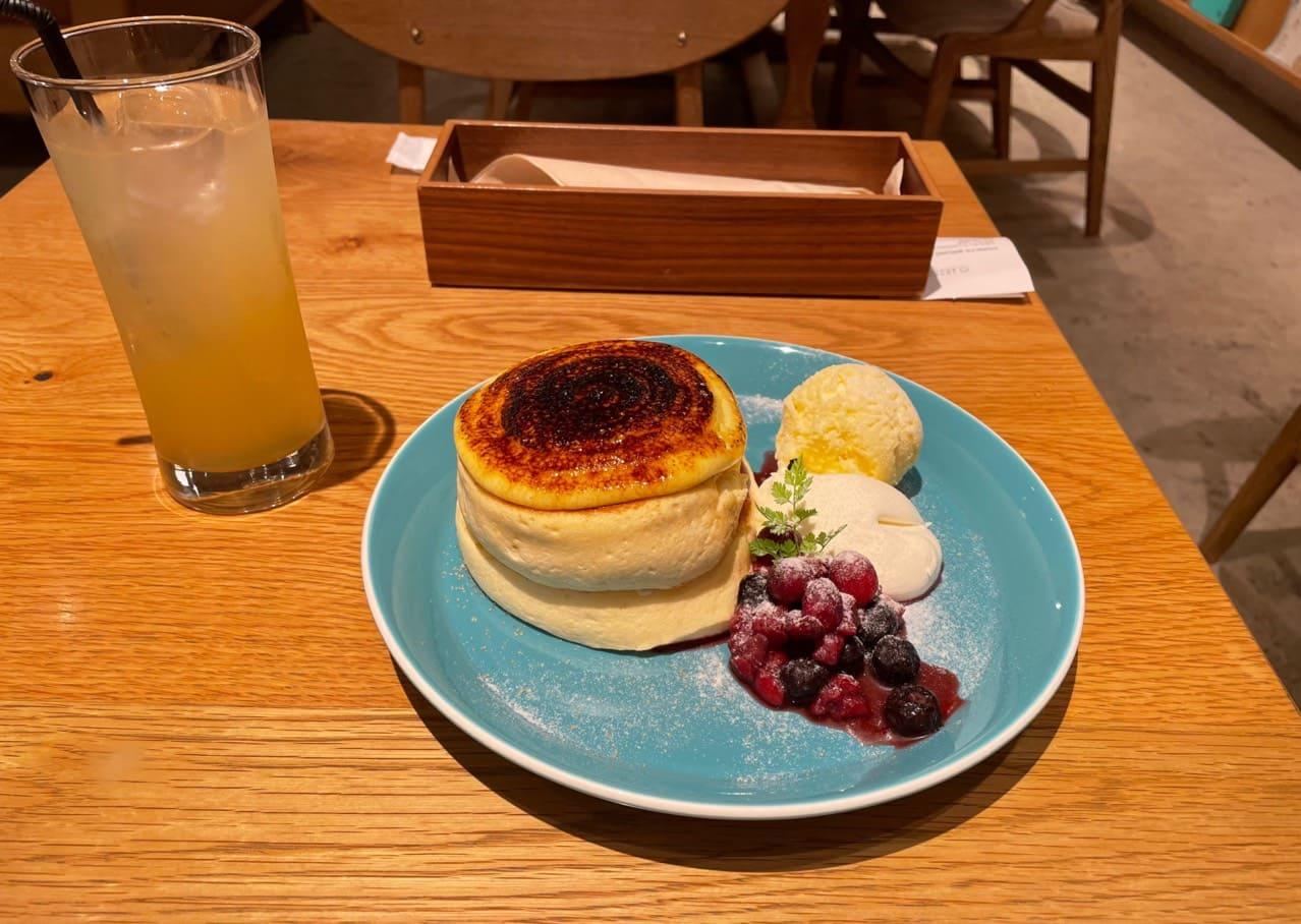 クレームブリュレのパンケーキとアップルジュース