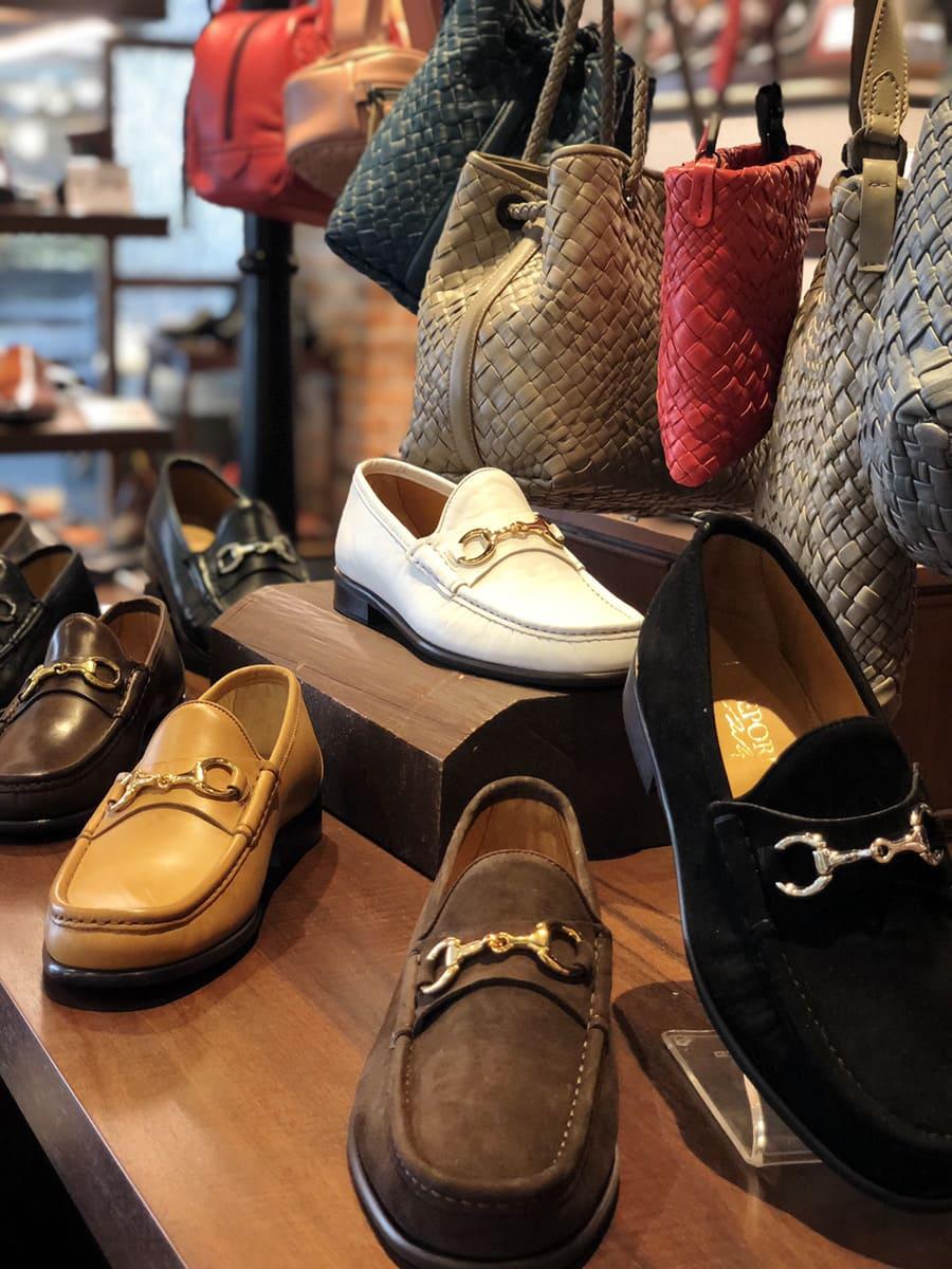 店頭で販売されている靴やカバン