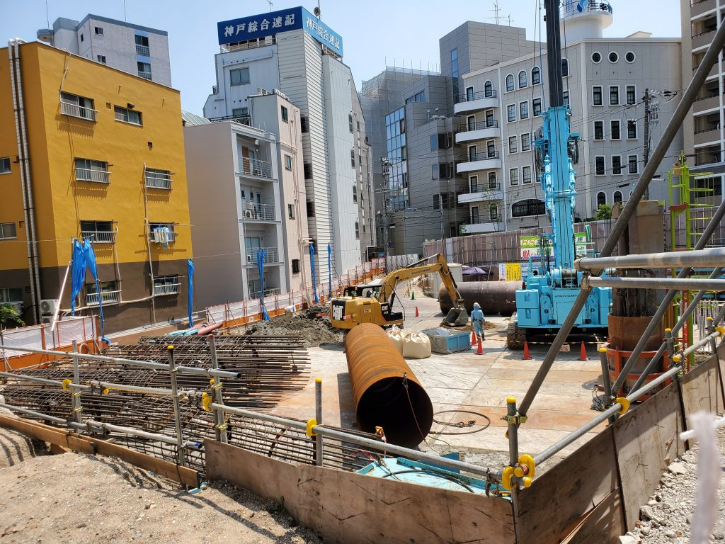 工事現場を覗いてみると、杭工事が始まっている様でした。
