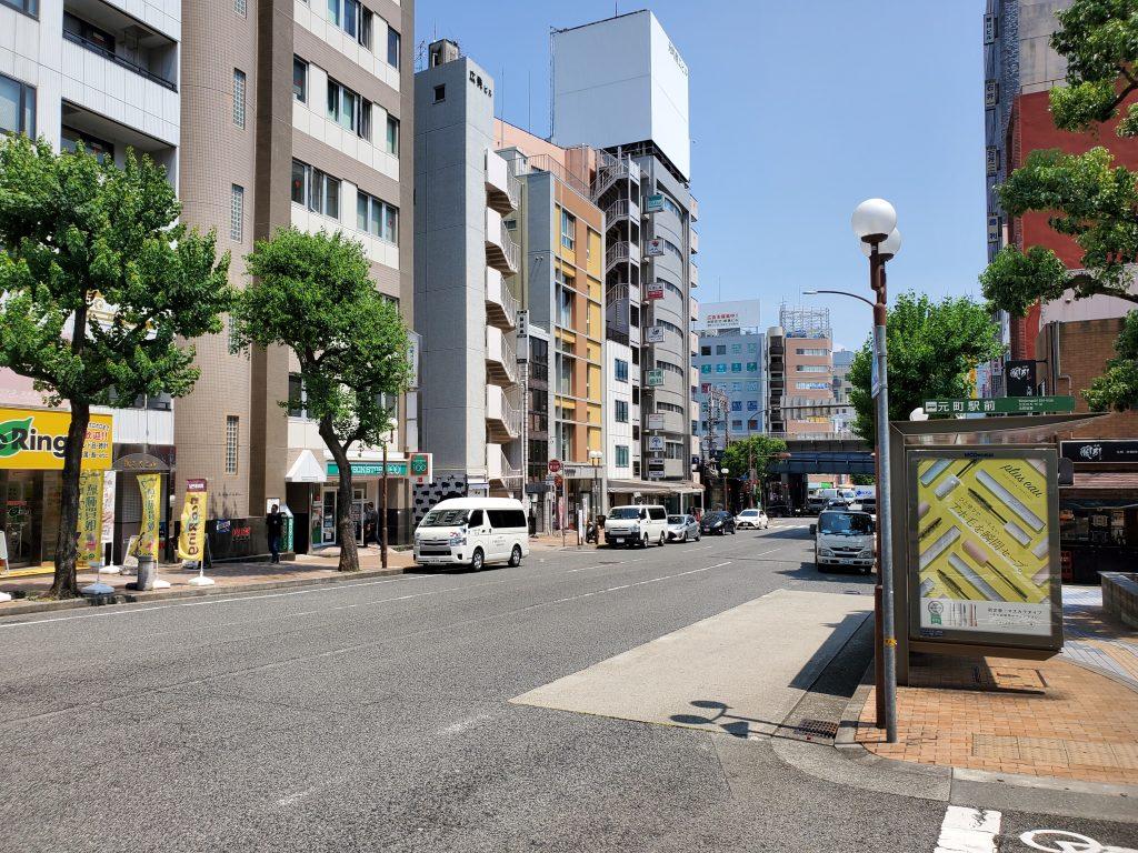 北長狭通4丁目の東にある、鯉川筋の日中の様子。下っていけばJRの高架があり、JRおよび阪神電車の元町駅があります。